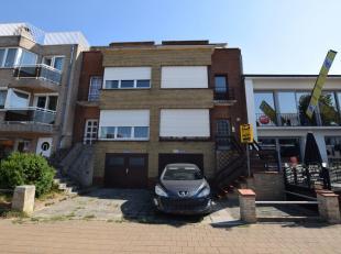 Bel-etage woning op 213m² te Oostduinkerke. Op het gelijkvloers bevinden zich een inkomhall, garage, kelder en een bergruimte. Het verdiep bestaa