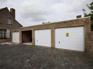 Goed gelegen afgesloten garagebox te koop te Veurne. Deze bovengrondse garage bevindt zich pal in het stadscentrum. Sectionaal poort. Verkoop onder BT