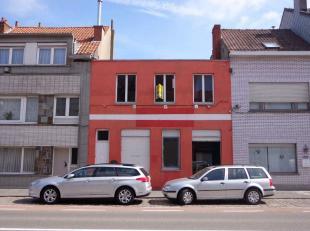 Winkelruimte met woonst op commerciele ligging in het centrum van Blankenberge. Winkelruimte bevat tevens berging, werkplaats en kelder. Woonst is ber