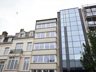 2 slaapkamer appartement tegenover Politie van Oostende. Volledig gerenoveerd met het behoud van charmante, oudere elementen en klein balkon. Nieuwe k