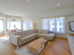 Dit appartement op de eerste verdieping werd recent volledig en smaakvol vernieuwd met nieuwe vloeren/parket, badkamer, keuken, schrijnwerk, verwarmin