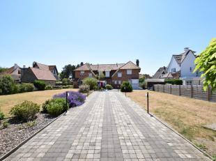 PROJECTGROND te Koksijde vlakbij zee (1033 m²). Goed gelegen tussen 2 straten! Omvat momenteel 2 op te frissen halfopen woningen (247 m² + 3