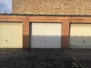 Bovengrondse garage te huur in Nieuwpoort-Stad. Garage uitgerust met kantelpoort. Beschikbaar vanaf 15 januari 2019. Huurprijs: 100 euro / maand (incl