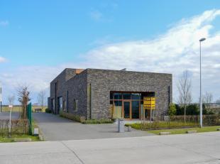 Dit modern bedrijfsgebouw met woonst is gelegen in het bedrijventerrein te Oudenburg (Marteelstik). Het bedrijfsgedeelte op het  gelijkvloers bestaat