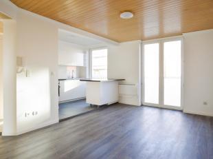 Dit 2 slaapkamerappartement te Middelkerke bevat een ruime leefruimte, met open keuken (volledig nieuw!) en apart toilet, een badkamer en twee slaapka