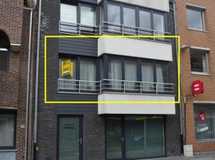 Mooi appartement (1ste verdieping) met lift gelegen op zeer centrale ligging te Gistel. Voorzien van mooie living met open keuken, 1 slaapkamer, badka