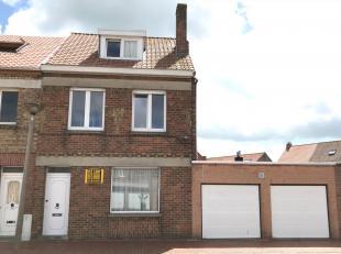 Instapklare gezinswoning met garage en 3 slaapkamers op 151 m². Deze woning omvat ruime inkomhal, zonnige leefruimte met open ingerichte keuken,