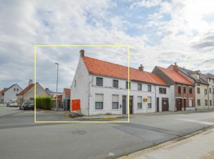 Deze woning dient gerenoveerd te worden maar is gunstig gelegen op een hoek en ingedeeld met 3 à 4 kamers op de verdieping, gelijkvloers met vo