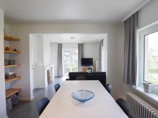 Dit prachtig, duurzaam totaal gerenoveerd appartement is gelegen op het 1ste verdiep van een kleinschalige villabouw op enkele stappen van het strand.