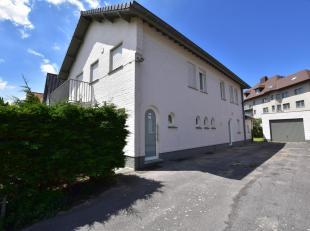 Dit GERENOVEERD gelijkvloersappartement is gelegen in een kleinschalige residentie (kustvilla opgesplitst in 2 ruime appartementen). Het appartement b