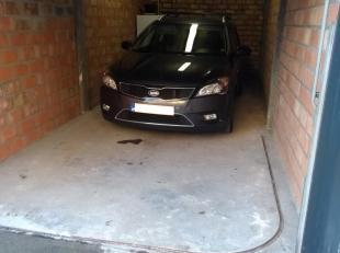 Ruime garage met handmatige poort te huur in centrum Oostende.  Afmetingen : 6,5m x 3m , voorzien van licht en elektriciteit. Onmiddellijk beschikbaar