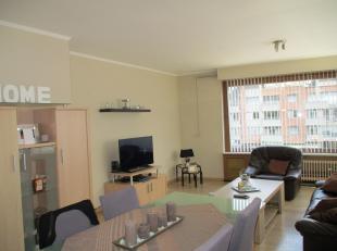 Lichtrijk en warm appartement in het centrum (markt) van Gistel. Dit appartement omvat een ruime woonkamer, keuken ingericht met oven, koelkast en die