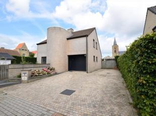 Instapklare villa te Ramskapelle op 594 m². Deze woning gelegen in een doodlopende straat omvat een ruime living, nieuwe ingerichte keuken. Op he