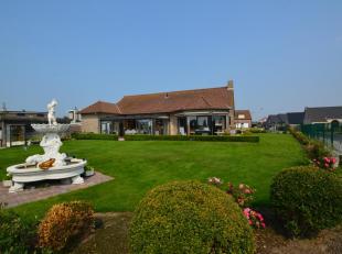 Prachtig gelegen villa in rustige verkaveling en een paar honderd meter van de zeedijk.<br /> De villa is ingedeeld met een ruime inkom, gezellige liv