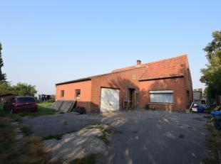 Op te frissen alleenstaande woning op 735m² te Houthulst. Het gelijkvloers bestaat uit een inkom, woonkamer, ruime keuken, wasplaats, veranda, ba