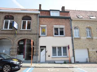 Deze ruime woning, gelegen op enkele meters van het marktplein omvat op het gelijkvloers een inkom met apart toilet, woonkamer, eetkamer, ingerichte k