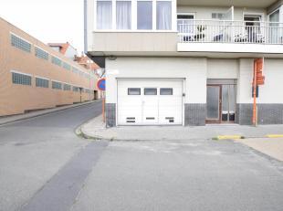 Deze afgesloten garagebox is gelegen op 350 m van de zeedijk en bevindt zich vlakbij de markt van Middelkerke. De garagebox is makkelijk bereikbaar in