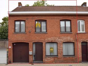 Ruime en charmante rijwoning met 5 slaapkamers gelegen in Poperinge! Deze woning omvat op het gelijkvloers een inkom met apart toilet, ruime woonkamer