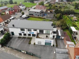 Commerciële handelsruimte (opp. 360m²) met privéwoonst op 924m² te Veldegem. Het gelijkvloers beschikt o.a. over een ruime toonz