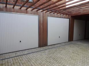 Bovengrondse garage te huur in Nieuwpoort Stad. Garagebox met witte kantelpoort. Huurprijs 80 euro / maand (incl. kosten). Beschikbaar vanaf 15/11/201