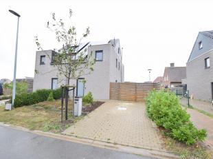 Deze recente (2012) woning is gelegen in een rustige wijk in een doodlopende straat te Leffinge. Deze moderne woning omvat op de gelijkvloerse verdiep
