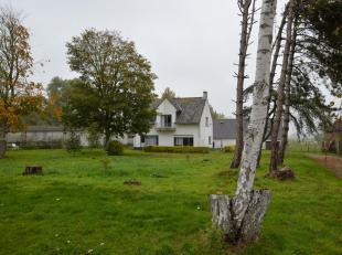 Deze hoeve is heel mooi gelegen in het rustige Ettelgem op een terrein van 26746  m², omgeven door diverse bijgebouwen, schuren en weiland!  De h