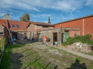 Rustig, doch centraal gelegen af te werken woning op een terrein van 477 m² met zongerichte tuin!  Bestaat momenteel uit volledig gerenoveerd ged