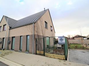 Prachtige halfopen bebouwing met hoogwaardige afwerking gelegen in een kindvriendelijke wijk te Gistel bestaande uit: op het gelijkvloers ruime inkom,