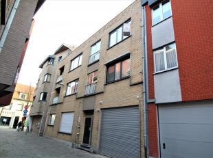 Ruim appartement Gistel centrum dicht bij alle faciliteiten bestaande uit: lichtrijke leefruimte, ingerichte keuken met balkon.  Badkamer met douche-b