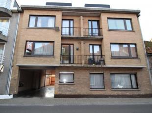 Mooi appartement op eerste verdiep bestaande uit : ruime living, ingerichte keuken, badkamer met ligbad, 2 slaapkamers, klein terras.  Garage inbegrep