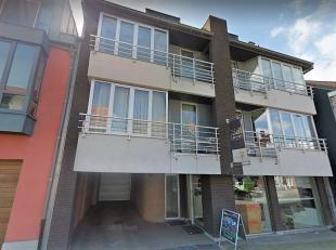 Duplexappartement bestaande uit:  inkom met apart toilet, ruime living met veel lichtinval, ingerichte keuken, aparte bergruimte. Op verdiep: twee rui