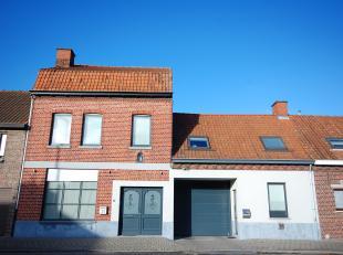 Tussen Gullegem en Heule vindt u deze ruime gezinswoning met atelier en aanpalende woning te koop. Werkelijk een buitenkans voor wie op zoek is naar d