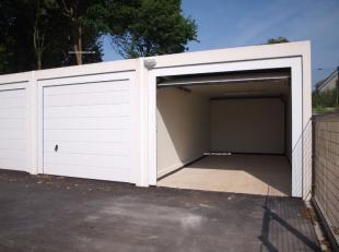 Nog 20 nieuw te bouwen prefab garageboxen te koop in de Blinde Rodenbachstraat te Rumbeke : afmetingen 6m x 2m85 x 2m38 met sectionaal poort.