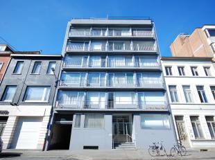 """Residentie """"Marbella"""" : een op te frissen gelijkvloerse kantooruimte van 110 m2 gelegen tussen het station en de rechtbank. Indeling : inkom, toilet,"""