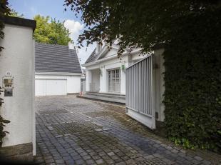 U kan deze ruime villa vinden langsheen de statige residentiële Koning Leopold 3 Laan te Kortrijk. De villa zelf bestaat uit een gelijkvloers met
