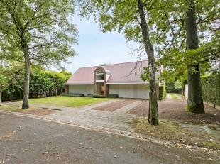 Gelegen in het groen, op wandelafstand van de stad, in de nabijheid van het Az Groeninge en van de oprit van het snelwegennet. <br /> Sfeervolle villa