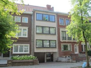 Appartement met terras op de derde verdieping gelegen op wandelafstand van het station : inkom, living met open ingerichte keuken (alle apparaten), ba