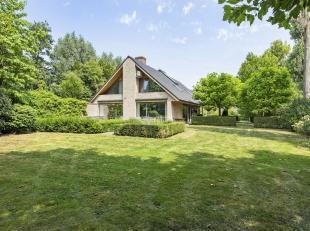 Op een voortreffelijk, mooi perceel van  2476 m2 huist deze ruime, lichtrijke eigendom. De privé weg wordt gedeeld met 1 vriendelijke buur. De