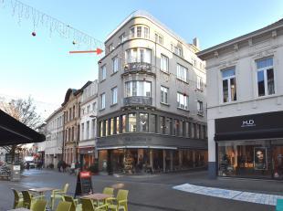 Charmant stadsappartement gelegen in de befaamde winkelstraat! Dankzij zijn grote raampartijen kan u dagdagelijks genieten van een mooie portie zonlic