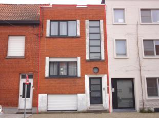 De woning bestaat uit 3 bouwlagen. Gelijkvloers bestaat uit 2 niveaus, inkom, zitplaats met eetkamer en keuken. Onderniveau: slaapkamer, badkamer , wc