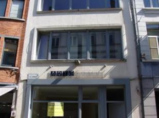 OP 50 M VAN DE GROTE MARKT, IN WINKELSTRAAT :RECENTE RESIDENTIE ('09) MET BUREELRUIMTE EN 3 MOOIE APPARTEMENTEN Gelijkvloers : goed ingerichte burelen