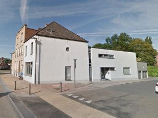 Deze tijdloze woning ligt in het centrum van Aalbeke. Op het gelijkvloers is er een grote polyvalente ruimte en bureau's die eventueel geschikt kunnen