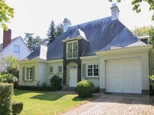 Deze villa, gelegen in de mooie Lindenlaan te Kortrijk, heeft een authentiek karakter. Via de inkomhal met vestiaireruimte en gastentoilet, heb je voo