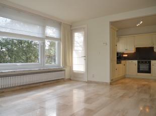 Super gelegen appartement omgeven door GROEN !! Bestaande uit hal, apart toilet, gezellige living met open en volledig ingerichte keuken vanwaar u een