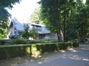 Prachtig gelegen villa op 2.200m² in Steenbeekbos.  Bestaande uit hal met apart toilet en vestiaire, bureel, grote living met open haard en mooi