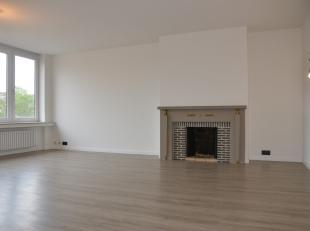 Volledig vernieuwd en instapklaar appartement gelegen op de 2de verdieping en bestaande uit ruime hal met ingemaakte kasten, apart toilet, heel lichtr