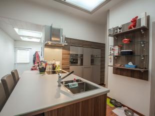 Instapklare woning met, luxueuze woonkeuken, 2 slpks (meer mogelijk), ramen met dubbel glas, centrale verwarming, terras met ruime berging , elektrici