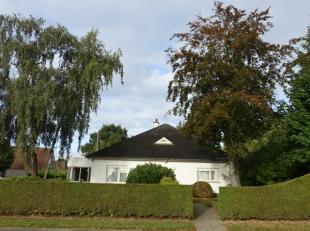 Alleenstaande bungalow op 1008 m² met landelijke ligging vlakbij Bellegembos en diverse fietsroutes, vlotte verbinding met AZ-Groeninge en op-en