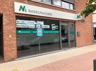 Commercieel zeer goed gelegen klein en volledig ingericht kantoortje/handelspand (70 m²) met kelder, aparte toilet en keukentje. Openbare parkeer