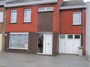 Ruime en héél goed onderhouden woning te Koolskamp omvattende op het GELIJKVLOERS: - inkomhal - ruime living met eetplaats en zithoek (T